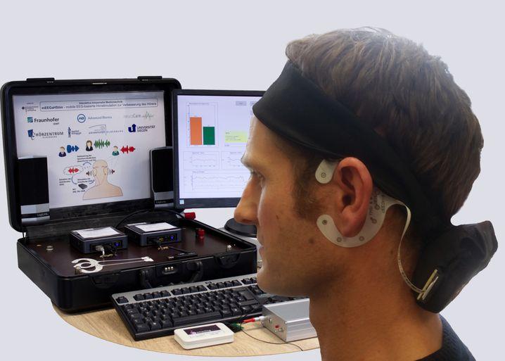 Noch zu miniaturisieren: Derzeit umfasst die Hörgerätetechnik aus dem Labor noch einen Mini-PC, eine externe Soundkarte, zwei Hörgeräte-Dummys mit je zwei Mikrofonen und eine Powerbank - in einem Aktenkoffer.