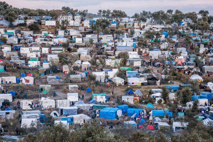 """Überfüllte Container, Mangel an Personal: Das zentrale CampMoriaauf der griechischen Ägäisinsel Lesbos - Kritiker sprechen von einem """"Elendslager"""", Verantwortliche von einem dauerhaften Ausnahmezustand"""