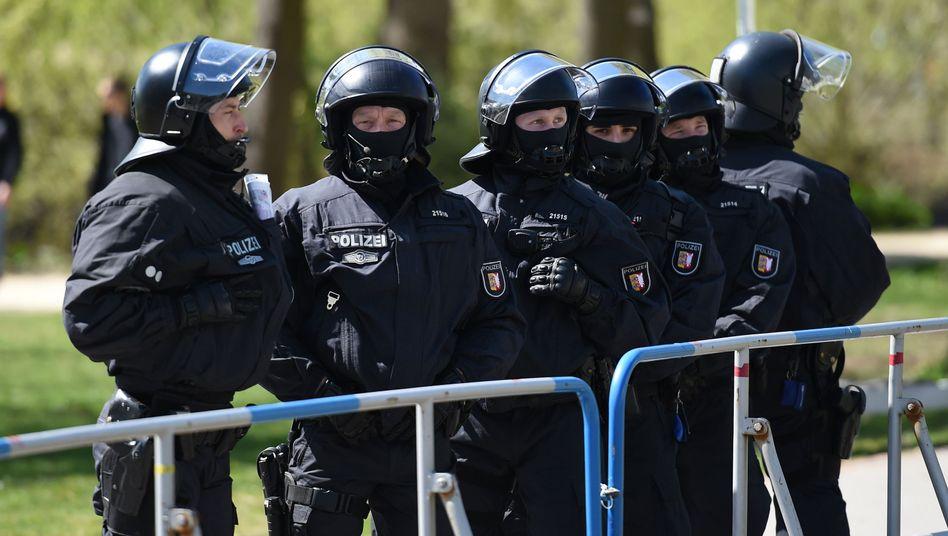 Polizisten beim Nordderby: Schlägereien unter Anhängern