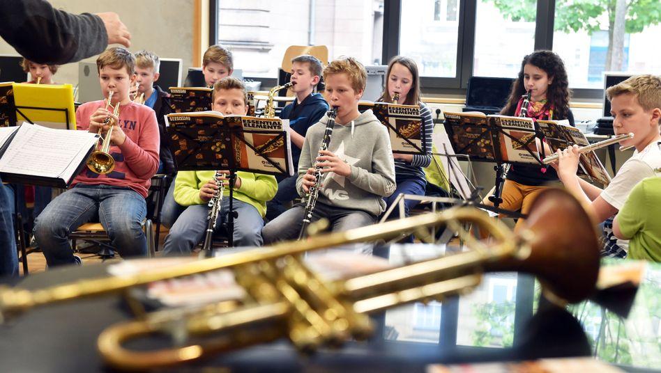 Gymnasiasten beim Musikunterricht