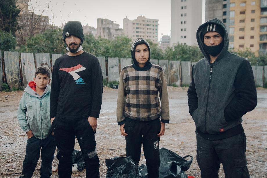 Müllsuchen zum Überleben: die syrischen Geflüchteten Wael, Saleh, Suleiman und Mohammed (v.l.n.r.) auf einer ungenutzten Fläche in der Beiruter Innenstadt