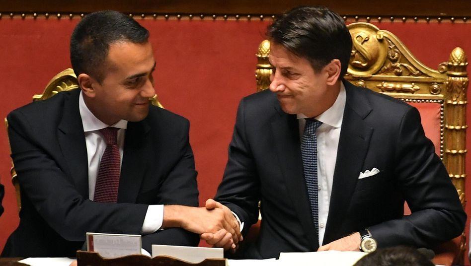 Giuseppe Conte (r.) und Luigi Di Maio (l.) im Senat