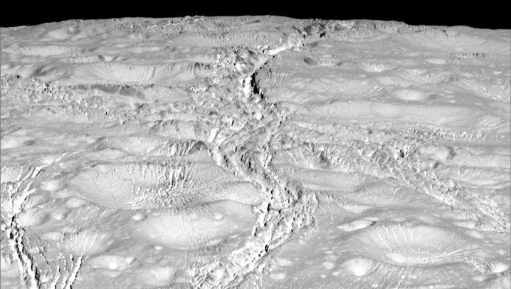 Saturnmond Enceladus: Cassini am Nordpol