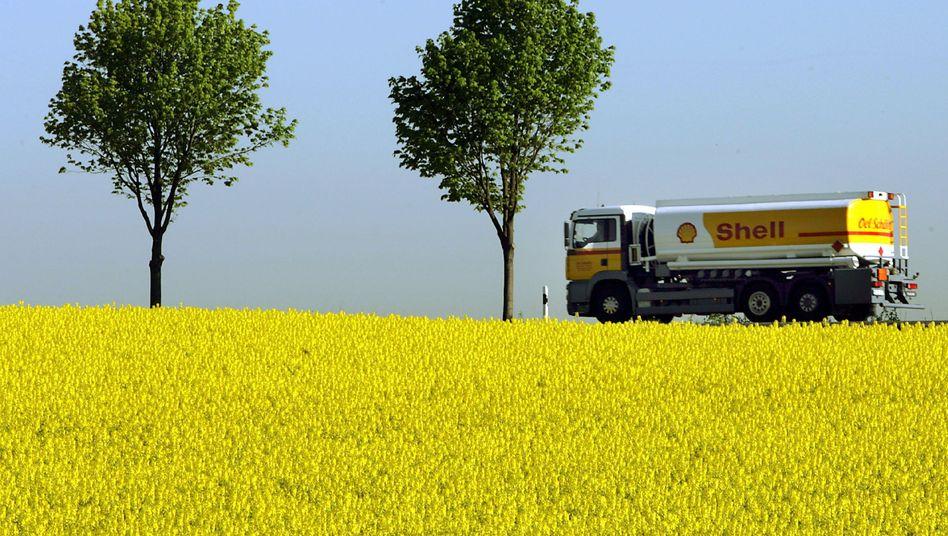 Tankwagen vor Rapsfeld: Konkurrenz zwischen Tank und Teller