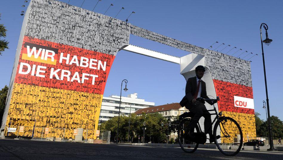 "Das größte Wahlplakat des Landes am Charlottenburger Tor in Berlin: Verbot ""verbaselt"""