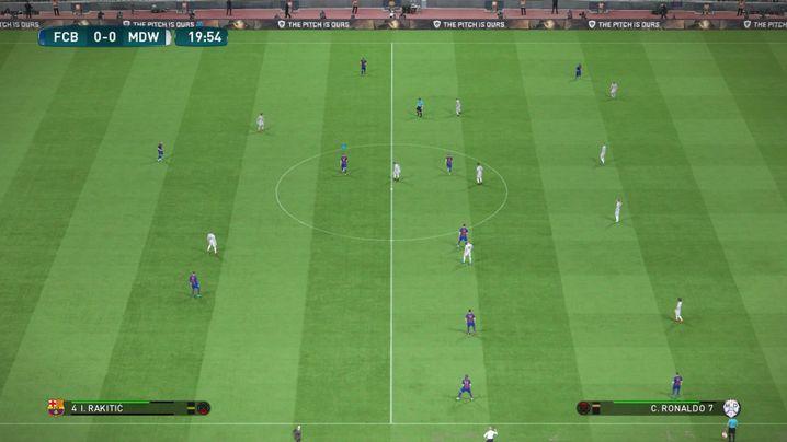 Barcelona (dunkle Trikots) attackiert ohne Mittelstürmer: Per Knopfdruck verändert sich die Spielweise komplett