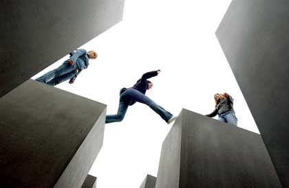 Holocaust-Mahnmal: Jugendliche Besucherinnen springen über die Stelen