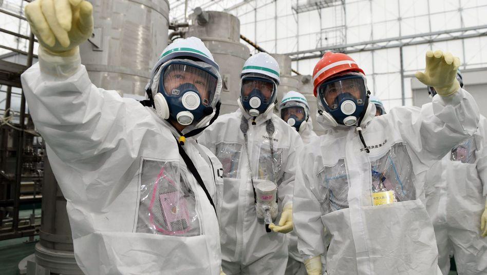 Fukushima (01.11.2014): Industrieminister Yoichi Miyazawa (rechts) lässt sich die Aufräumarbeiten erläutern
