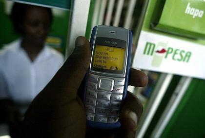 Handy-Bank: Ein Kunde bezahlt in Kenias Hauptstadt Nairobi per Mobiltelefon