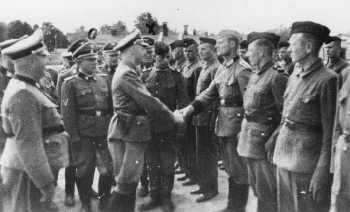 """1942 im Lager Trawniki im besetzten Polen: Der """"Reichsführer SS"""" Heinrich Himmler (Mitte links) begrüßt neue Aufseher"""