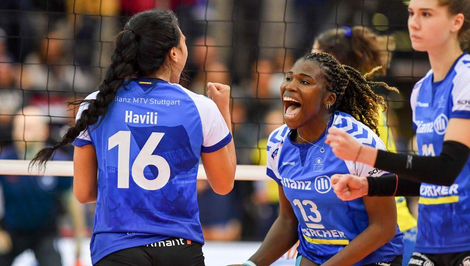 Krystal Rivers (Mitte) ist eine der spannendsten Spielerinnen der Volleyball-Bundesliga. 2019 führte sie Stuttgart zum ersten Meistertitel