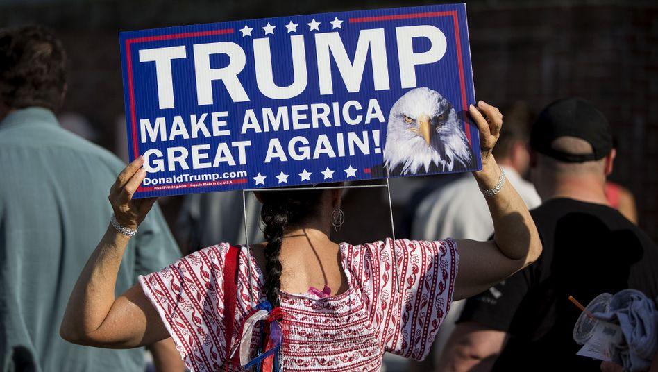 Trump-Anhängerin mit Plakat