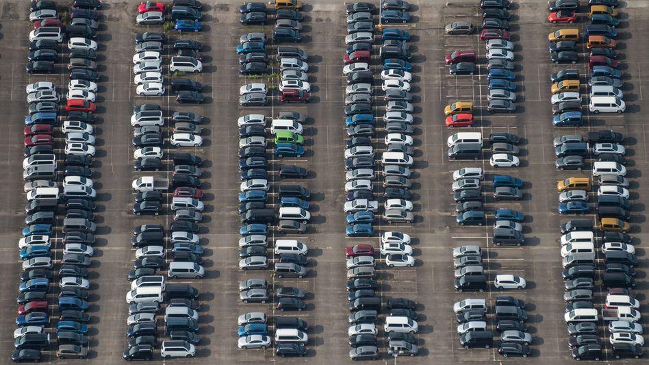 Autos vor dem Volkswagen-Werk in Salzgitter (Archivbild)