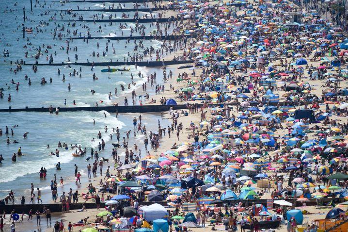 Besucher am Strand von Bournemouth am Donnerstag: Kein Abstand