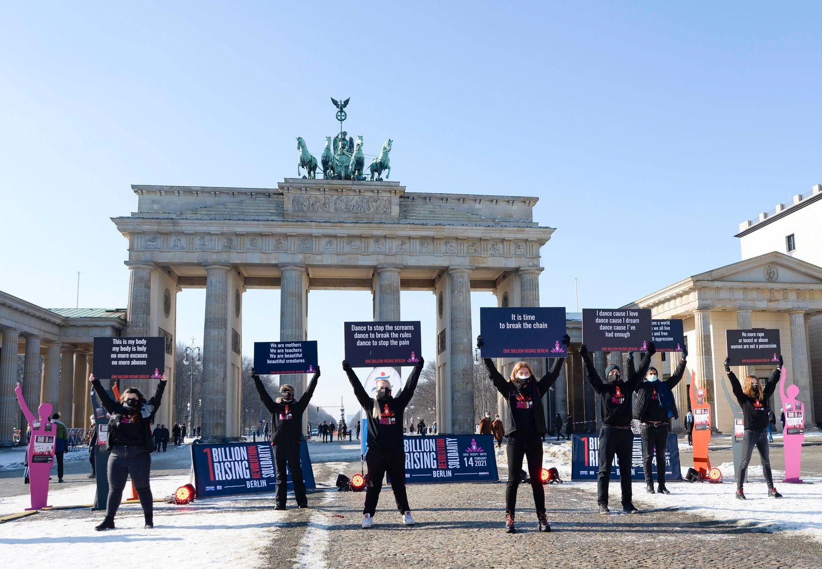 News Bilder des Tages 14 . 02 . 2021 , Berlin / Mitte : One Billion Rising - Demonstration und Tanz am Brandenburger Tor