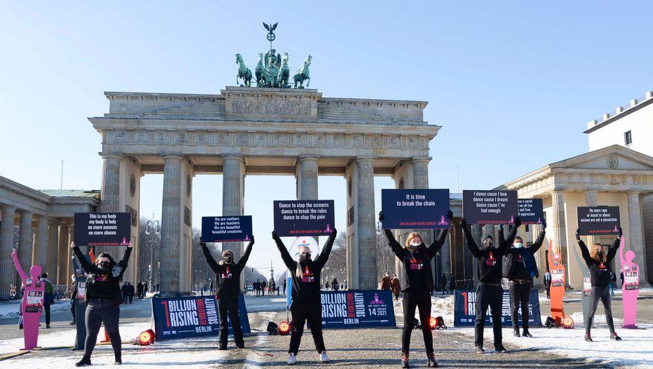 Protestaktion in Berlin gegen Gewalt an Mädchen und Frauen