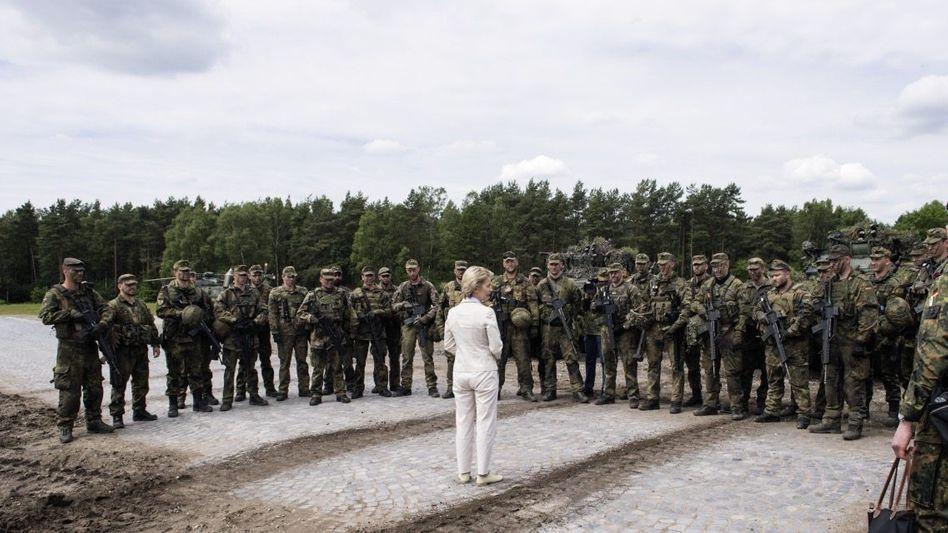 Befehlshaberin von der Leyen: Brandbeschleuniger in der Männerbastion Bundeswehr