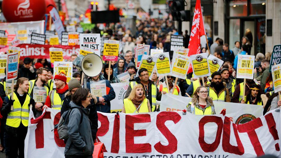 Demonstranten in gelben Westen ziehen am Samstag durch London