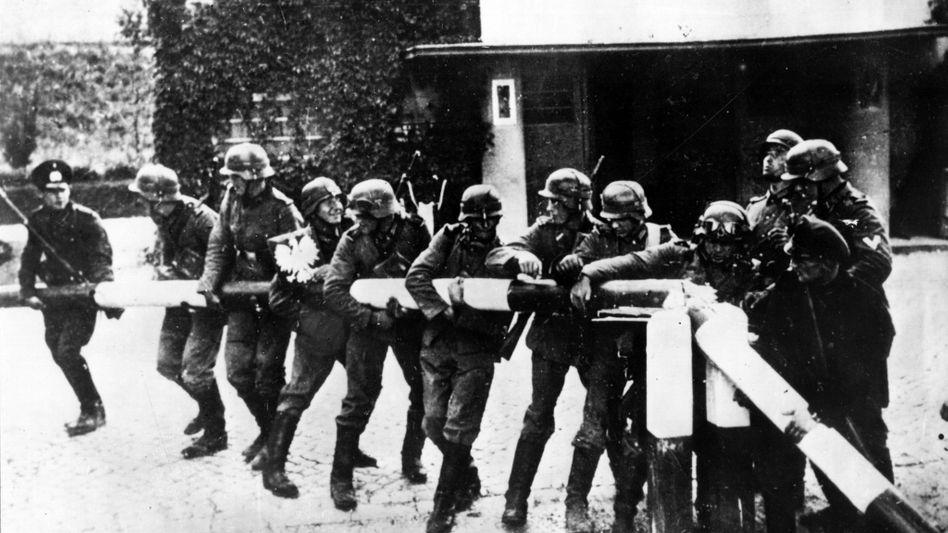 Deutsch-polnische Grenze 1939: Wehrmachtssoldaten reißen einen Schlagbaum ein