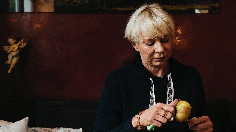 Bestsellerautorin Falk in ihrer Villa in Dienhausen:Mehr verkaufte Bücher, als Finnland Einwohner hat