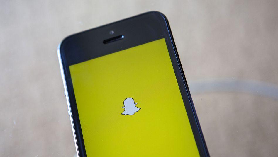 Snapchat-Logo auf Smartphone: Zahlreiche private Fotos im Netz