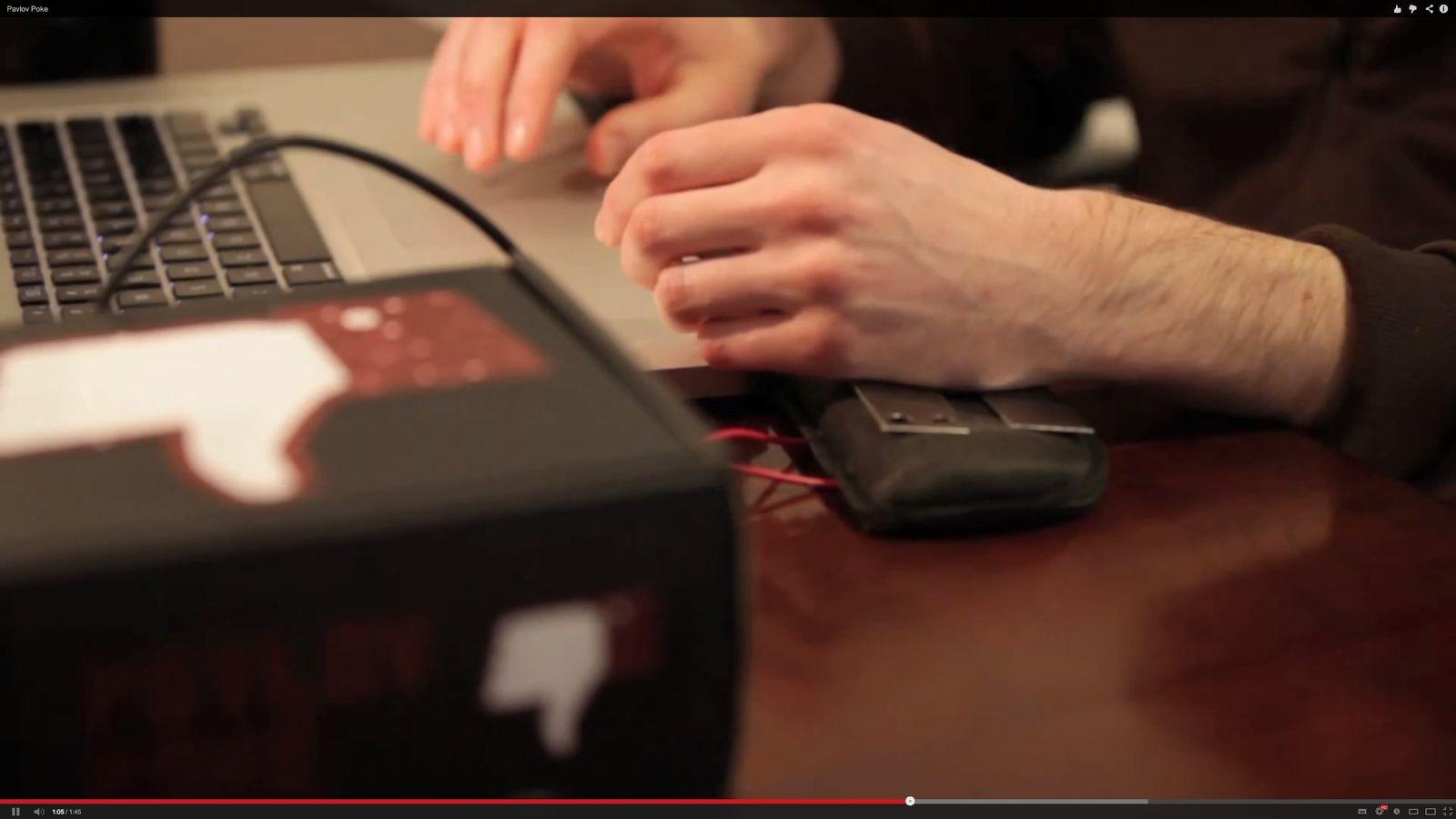 NUR ALS ZITAT Screenshot Pavlov Poke: facebook Elektroschocker gegen Sucht