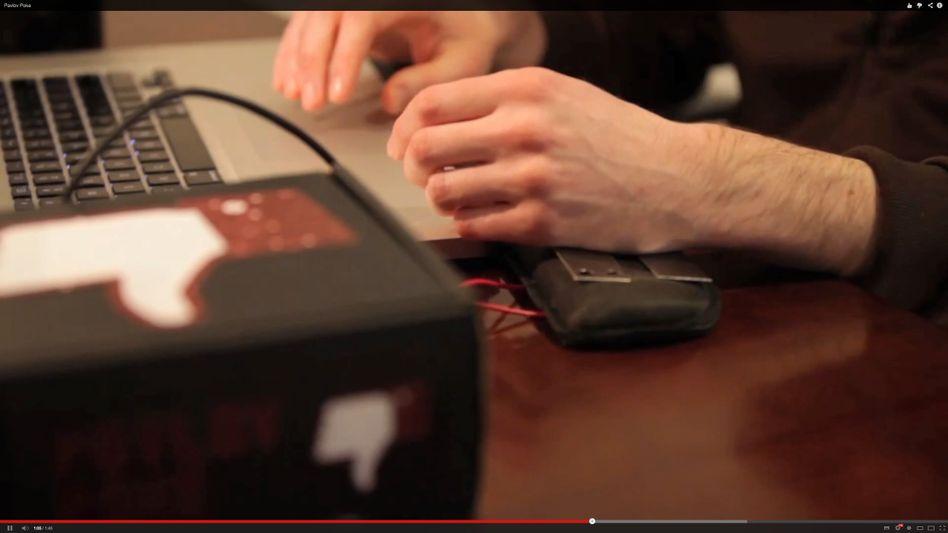 """Facebook-Elektroschocker """"Pavlov Poke"""": Mini-Computer (vorne im Kasten) versetzt Benutzern einen Stromschlag"""