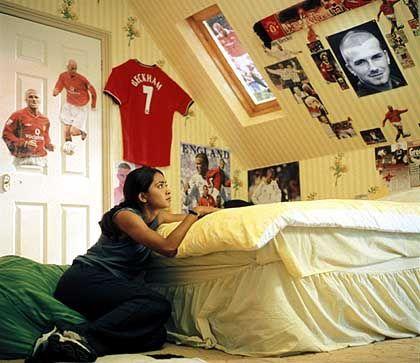 Jess in ihrem mit Fan-Postern dekorierten Zimmer: Es hinbiegen wie Beckham