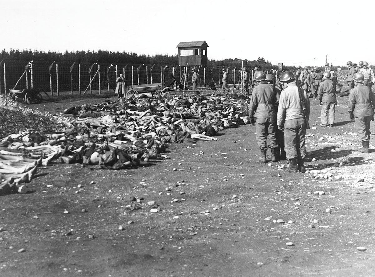 US-amerikanische Truppen haben das KZ Kaufering / Lager IV erreicht - US-Soldaten vor toten Häftlingen