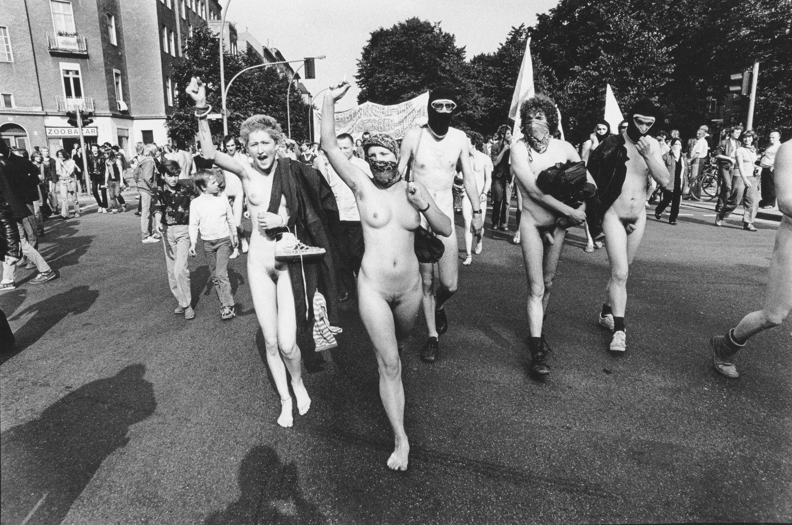 Berlin, nackte Demonstranten demonstrieren gegen das Vermummungsverbot