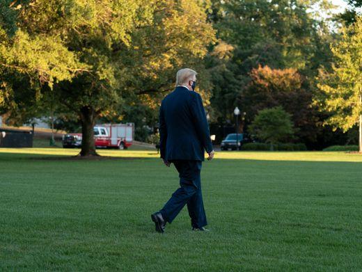 Donald Trump auf dem Weg zum Helikopter, der ihn ins Krankenhaus bringt