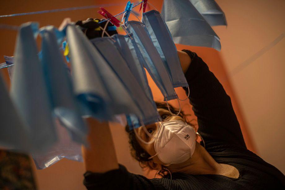 Desinfektion der Gesichtsmasken: Auch in spanischen Krankenhäusern fehlt es an Material