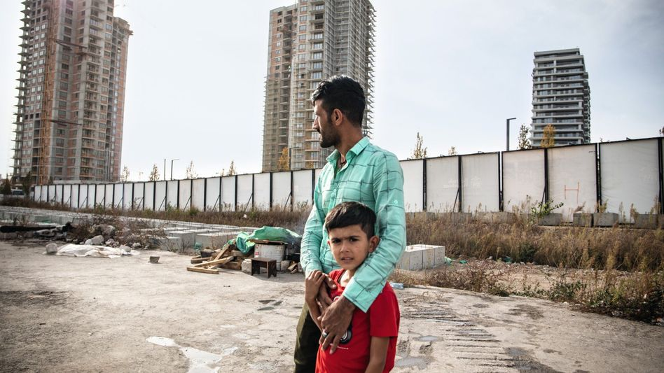 Afghane Ullah mit Sohn in Belgrad: »Wir haben keine andere Wahl, als immer weiter zu fliehen«