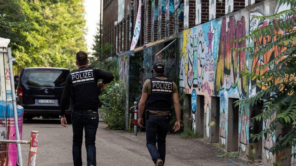 Polizisten vor dem autonomen Zentrum KTS in Freiburg