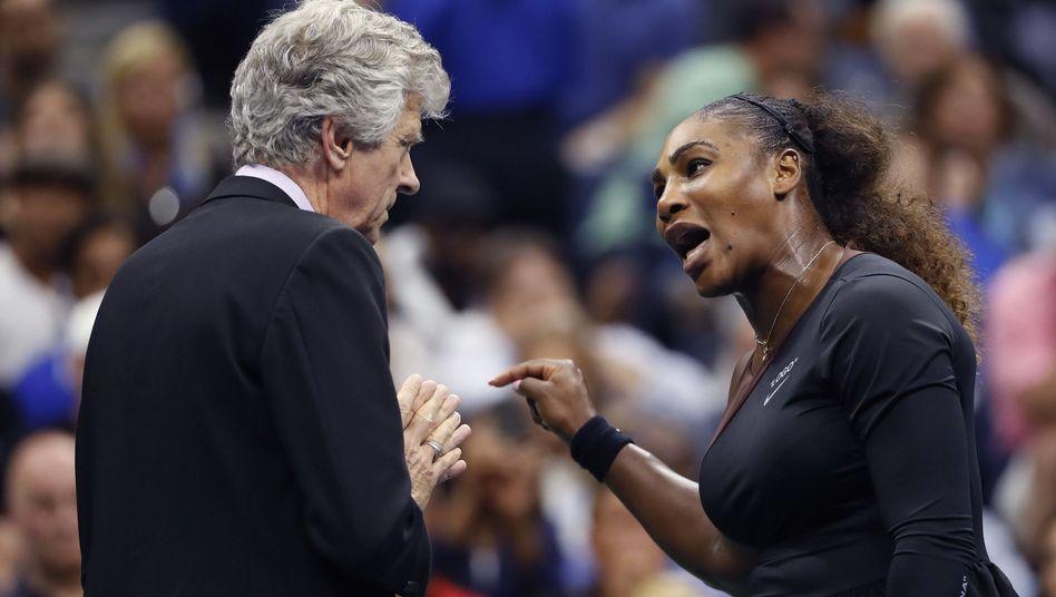 Serena Williams redet auf Schiedsrichter Brian Earley ein