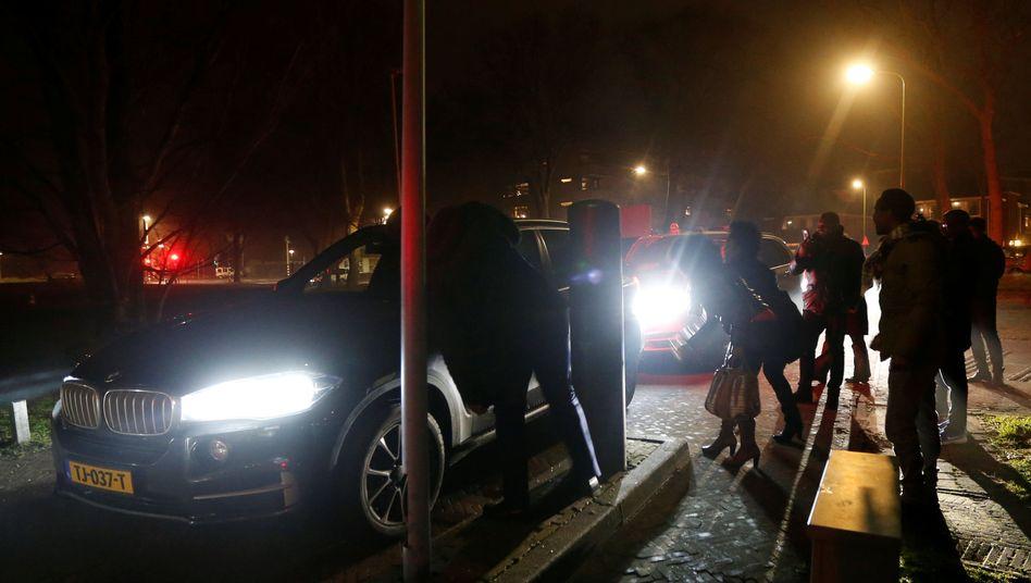 Autos fahren vor das Gefängnis in Den Haag