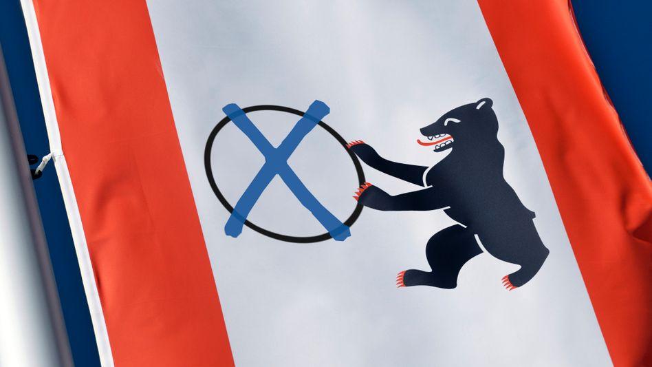 Berlinerinnen und Berliner machen Kreuze für ein neues Abgeordnetenhaus, für neue Bezirksparlamente und beim Volksentscheid