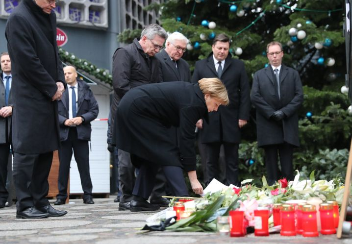 Bundeskanzlerin Merkel legt am Ort des Anschlags Blumen nieder