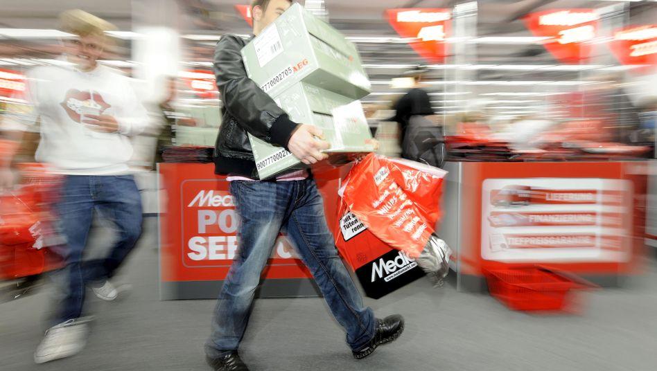 Kunde in Elektromarkt (Archiv): Konsumlust nimmt zu