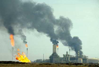 Bushs Bonanza: Irakische Öl-Raffinerie nahe Basra