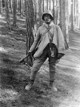 Soldat in Sturmtruppausrüstung auf einem Übungsplatz in Südtirol, April 1917: Soldaten wurden zu heldenhaften Einzelkämpfern
