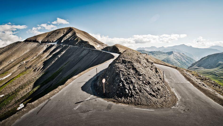 Die Kurve auf der Passhöhe des Col de la Bonette in Frankreich. Wer hier scharf links Richtung Nizza abbiegt, erlebt einen Slalom bis zum Mittelmeer.