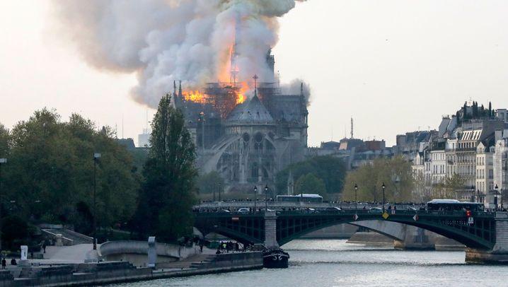 Feuer in Notre-Dame: Der Kampf gegen die Flammen