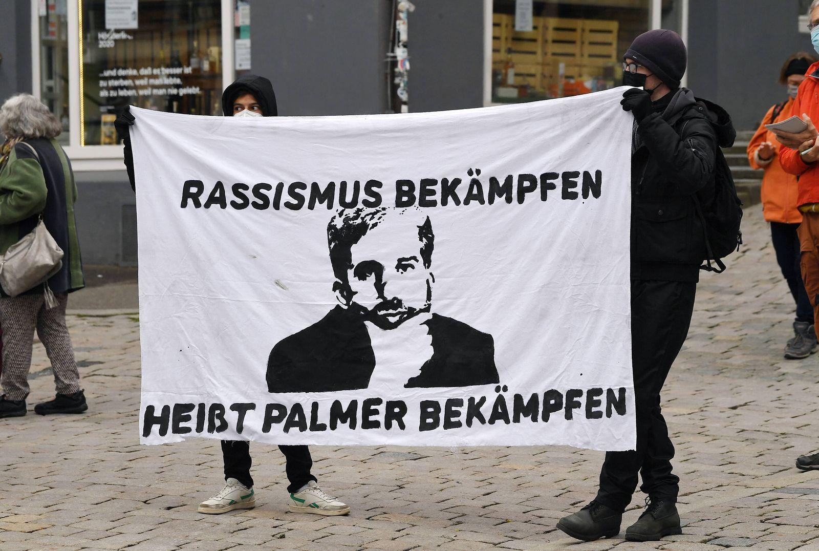 Tuebingen 12.05.2021 Demo / Kundgebung auf dem Tuebinger Marktplatz gegen Oberbuergermeister Boris Palmer (Die Gruenen).