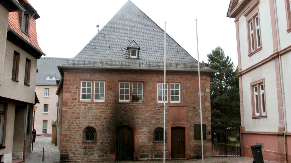 The synagogue in Worms became the target of an arson attack in mid-May. The authorities still don't know who was behind the attack.
