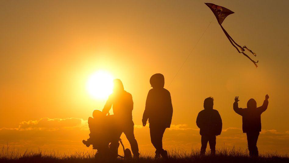 Familienspaziergang: Selbstverständlich wollen Eltern immer die beste Entscheidung für ihre Kinder treffen