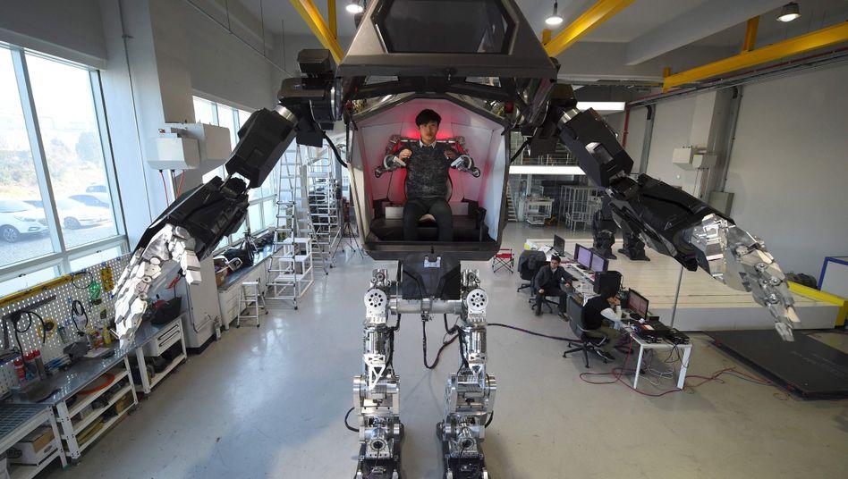 Wissenschaftler mit Roboter (Symbolbild)