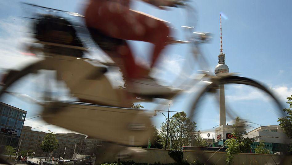 Eine Radfahrerin am Berliner Alexanderplatz