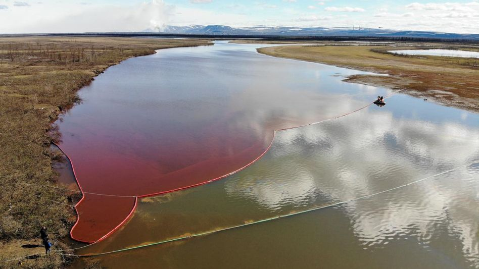 Schwimmende Barrieren sollen den Dieseltreibstoff auf dem Ambarnaja-Fluss zurückhalten.