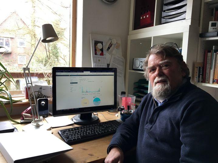 Wolfgang Hein kann auf seinem Computer die Daten der Solaranlage kontrollieren